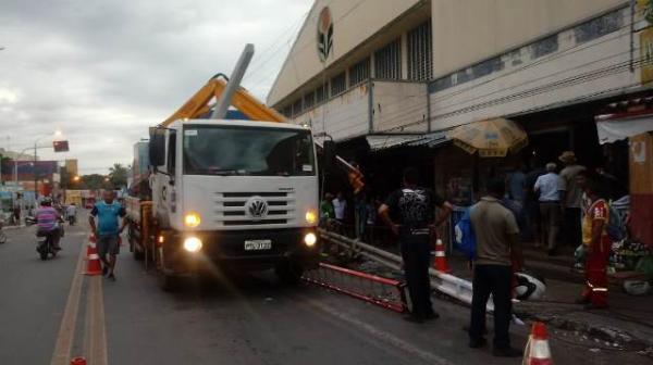 Carro desgovernado derruba poste e deixa parte do Centro de Floriano sem energia.(Imagem:FlorianoNews)