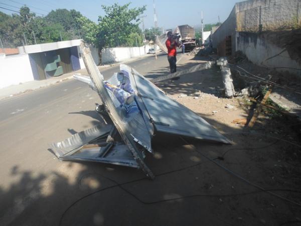 Acidente deixa caminhão, poste e muro destruídos em Floriano.(Imagem:FlorianoNews)