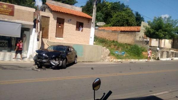 Automóvel conduzido por menor colide contra calçada em Floriano.(Imagem:FlorianoNews)