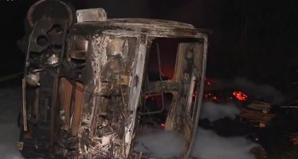 Carreta pegou fogo após o acidente.(Imagem:TV Santa Cruz)