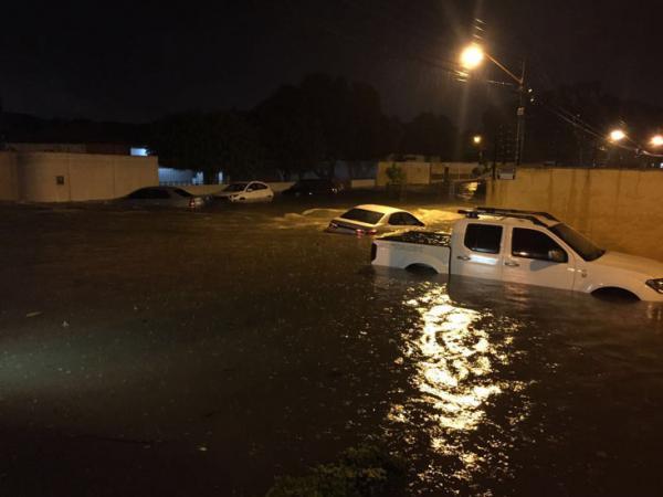 Carros ficam quase submersos na Zona Leste de Teresina após temporal.(Imagem:Divulgação)
