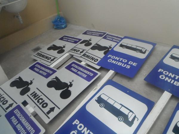Paradas de ônibus de Floriano ganham placas de sinalização.(Imagem:FlorianoNews)