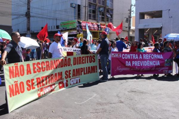 TERESINA, 9H50: Manifestantes se reúnem entre a Praça da Bandeira e o prédio do INSS.(Imagem:Gilcilene Araújo/G1)