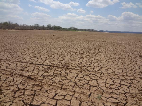 Lagoa de Nazaré do Piauí secou completamente devido à estiagem.(Imagem:FlorianoNews)