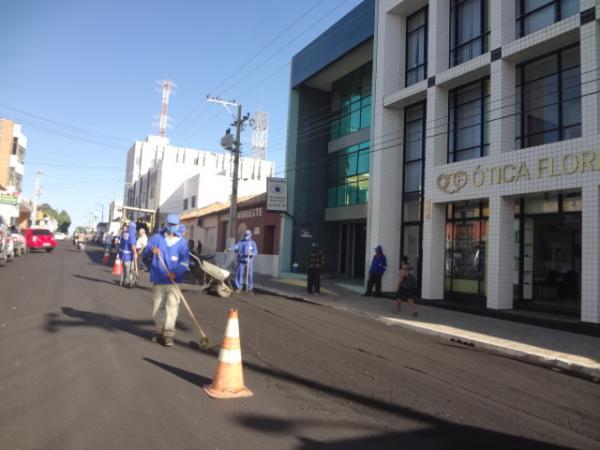 Avelino Neiva verifica obras de pavimentação asfáltica em Floriano.(Imagem:FlorianoNews)