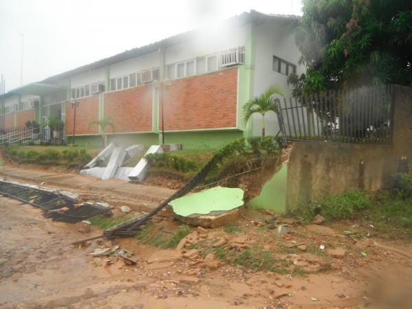 Chuva derruba muro da 10ª Regional de Saúde de Floriano.(Imagem:FlorianoNews)