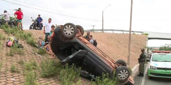 Carro cai de viaduto após motorista perder controle do veículo na Zona Sul de Teresina(Imagem:TV Clube)