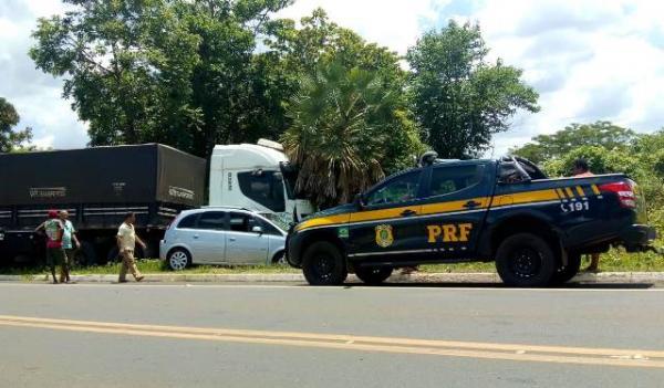 Carreta e veículo de passeio se chocam na BR-230.(Imagem:FlorianoNews)