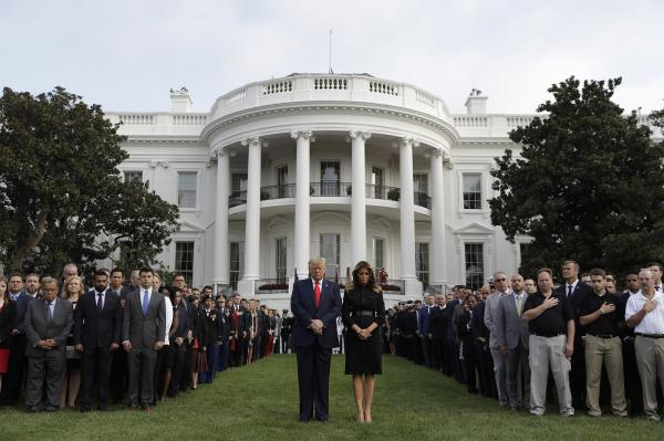 O presidente e a primeira-dama dos EUA, Donald e Melania Trump, participam de momento de silêncio em memória às vítimas dos atentados terroristas de 11 de Setembro, diante da Casa (Imagem:Evan Vucci/AP)