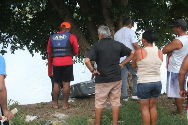 Corpo foi encontrado pelo Corpo de Bombeiros dentro de lagoa na Zona Norte de Teresina(Imagem:Rafaela Leal/G1)