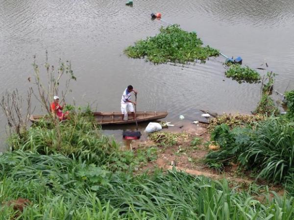 Dragueiros percorreram o rio e encontraram outros sacos com partes do corpo(Imagem:Gilcilene Araújo/G1)