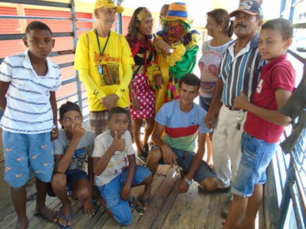 No Dia da Criança, Palhaço Carrapeta mantém tradição e distribui balas em Floriano.(Imagem:FlorianoNews)