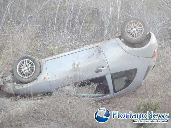 Veículo se desgoverna e capota na PI 140.(Imagem:FlorianoNews)