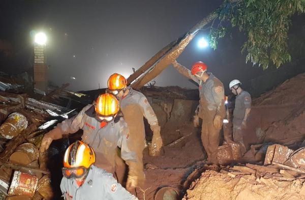 Mais de 30 homens trabalharam durante a madrugada em busca de desaparecidos (Imagem:Divulgação/Corpo de Bombeiros)
