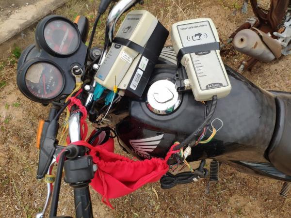 Homem foi preso levando GPS de caminhão-pipa em motocicleta na zona rural de Caridade do Piauí.(Imagem:Divulgação/ Polícia Civil)