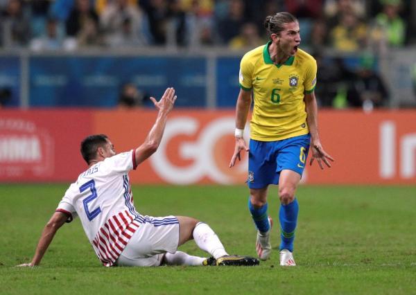 Filipe Luís em duelo da Copa América.(Imagem:Ueslei Marcelino/Reuters)