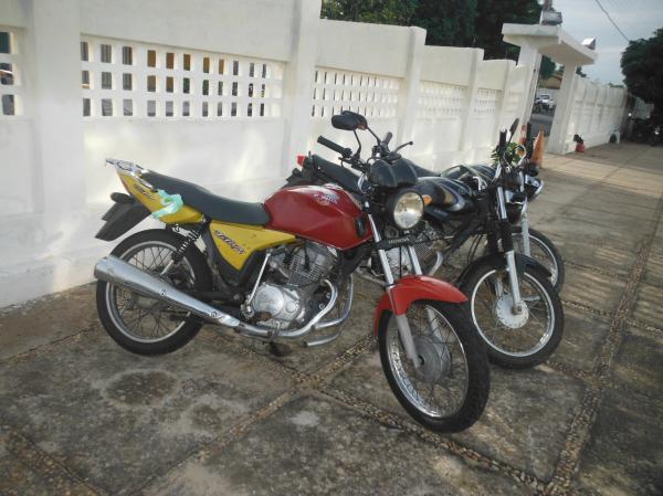 Motos abandonadas são recolhidas pela Polícia Militar.(Imagem:FlorianoNews)