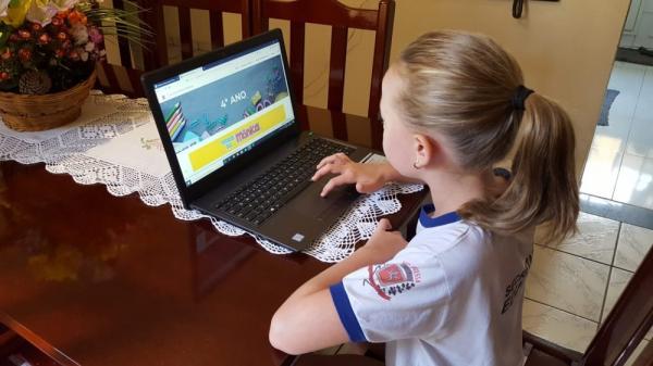 Estudante acessa site criado para estudo online na rede municipal de Nova Odessa, durante a pandemia de coronavírus.(Imagem:Divulgação/ Prefeitura de Nova Odessa)