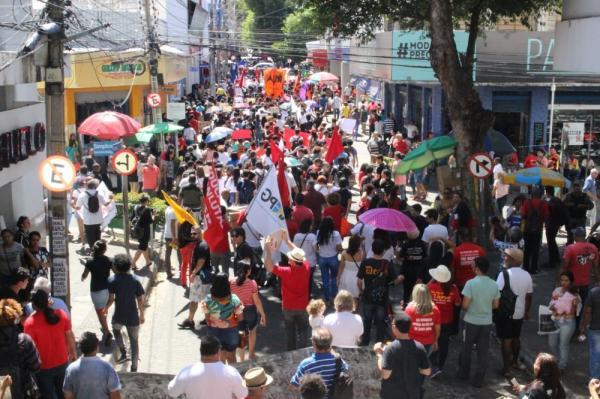 TERESINA, 10h28: Manifestantes fecham a Rua Álvaro Mendes.(Imagem:Gilcilene Araújo/G1)
