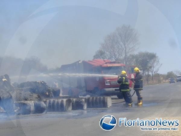 Carga de algodão pega fogo em cima de caminhão em Floriano.(Imagem:FlorianoNews)