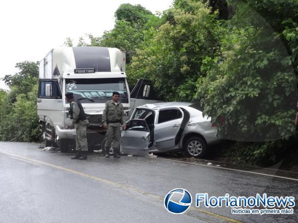 Casal e filha morrem em colisão entre carro e caminhão em Floriano.(Imagem:FlorianoNews)