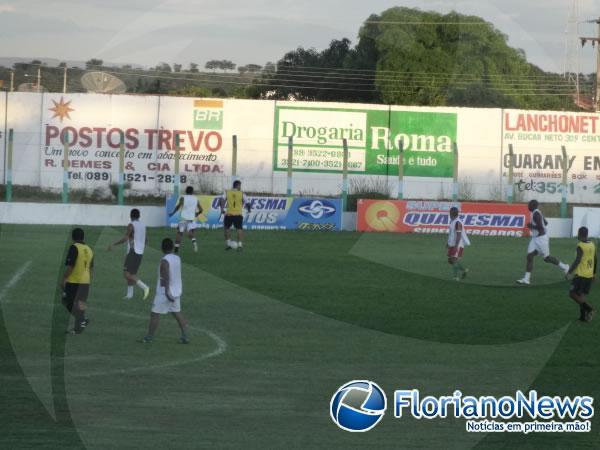 Jogadores treinam para partida solidária que acontece nesta sexta no estádio Tiberão.(Imagem:FlorianoNews)