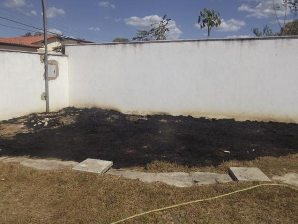 Terreno pega fogo ameaçando creche em Floriano.(Imagem:FlorianoNews)