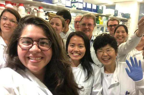 Piauiense Joanna (à frente, à esquerda) é a única brasileira na equipe do vencedor do Nobel de Medicina.(Imagem:Joanna Carola/Arquivo pessoal)