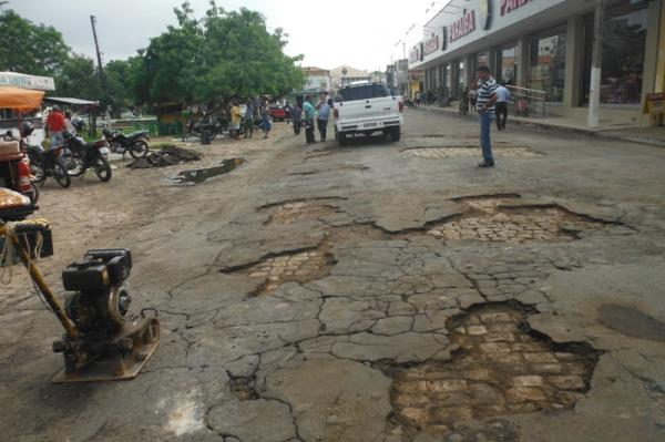 Prefeitura inicia operação tapa-buracos nas principais ruas de Floriano(Imagem:FlorianoNews)