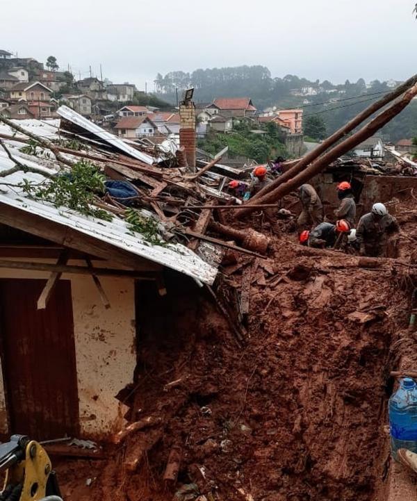 Deslizamento de terra atingiu dois bairros em Campos do Jordão e deixa quatro vítimas(Imagem:Divulgação/Corpo de Bombeiros)