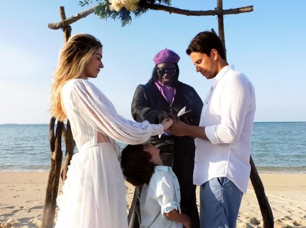 A cerimônia foi celebrada por uma reverenda e Tunico, o primeiro filho de Luma Costa e Leonardo quis abençoar as alianças.(Imagem:Reprodução/Instagram)