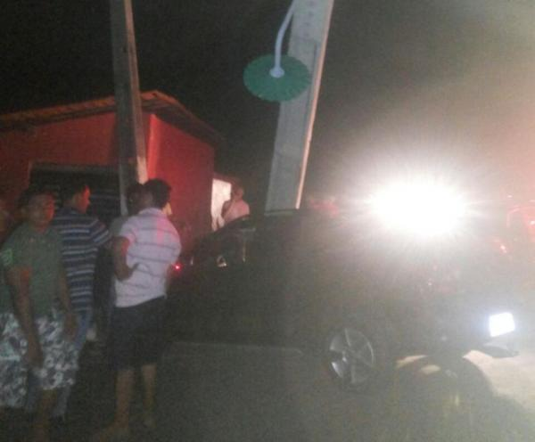 Carro atinge poste depois de ultrapassagem em Barão de Grajaú