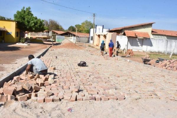 Bairro Cajueiro II recebe implantação de pavimentação poliédrica.(Imagem:SECOM)