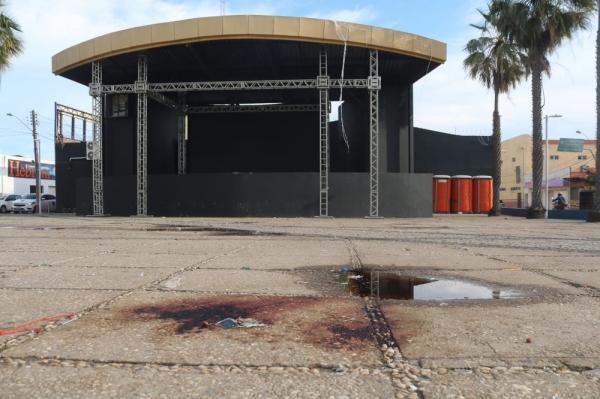 Praça no bairro Dirceu, em Teresina, ficou manchada de sangue depois de tiroteio.(Imagem:Lucas Marreiros/G1)