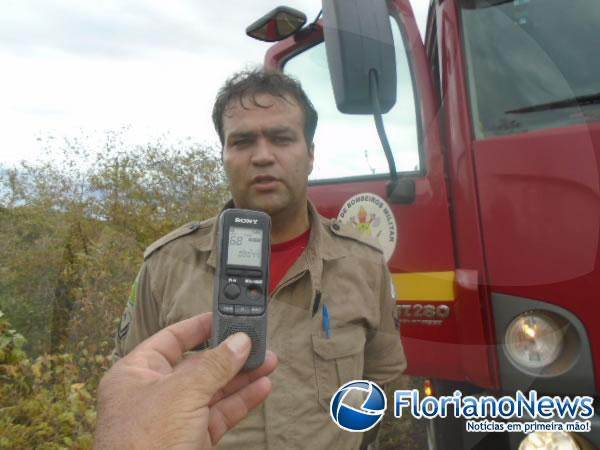 Veículo com duas pessoas capota e pega fogo em Floriano.(Imagem:FlorianoNews)