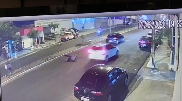 Imagens mostram o momento em que a vítima invade a avenida para fugir dos criminosos.(Imagem:Divulgação)