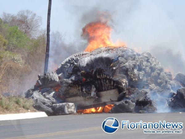 Carga de algodão pega fogo em cima de caminhão em Floriano(Imagem:FlorianoNews)