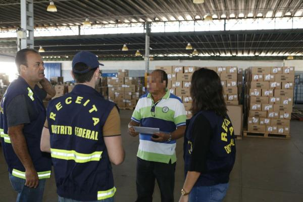 Auditor fiscal da Receita do DF durante operação em transportadora.(Imagem:Dênio Simões/Agência Brasília)
