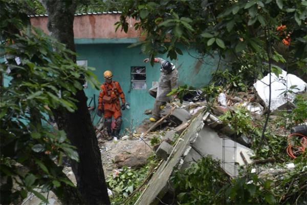 Bombeiros trabalhando no Morro da Babilônia, no Leme, na zona Sul do Rio.(Imagem:Tânia Rego/Agência Brasil)