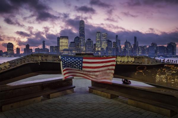 ma bandeira dos EUA é vista sobre ferragem retorcida restante do ataque terrorista às Torres Gêmeas em 2001, em Jersey City.(Imagem:J. David Ake/AP)