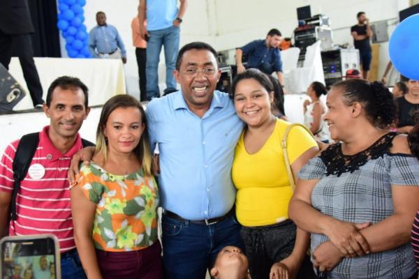 Prefeito Joel Rodrigues com alguns contemplados(Imagem:Reprodução)