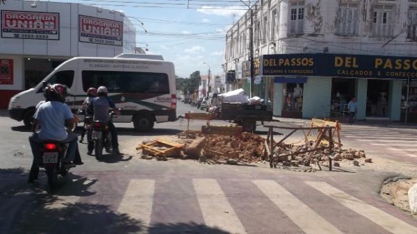 Novo vazamento na Avenida Getúlio Vargas volta a causar desabastecimento em Floriano.(Imagem:FlorianoNews)