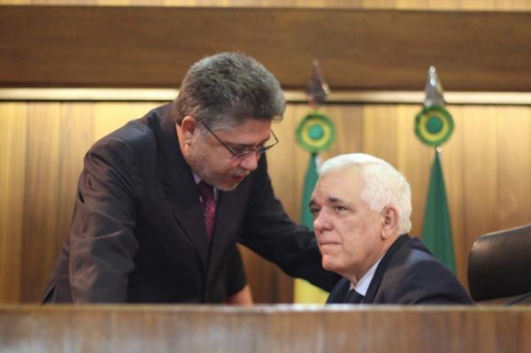 Presidente Themístocles Filho anuncia a comissão representativa do recesso.(Imagem:Alepi)