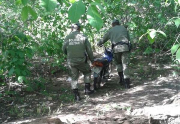 PM recupera motocicleta abandonada em matagal de Floriano.(Imagem:3° BPM)