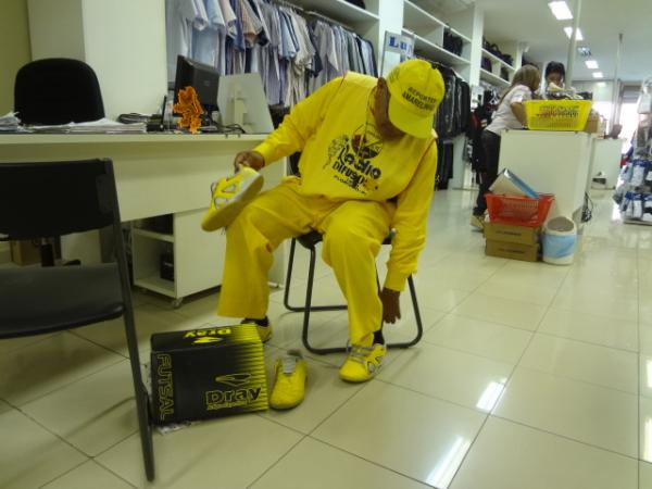 Repórter Amarelinho é presenteado com tênis amarelo.(Imagem:FlorianoNews)