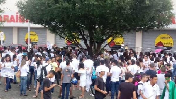 Estudantes e professores de Floriano protestam contra corte de verbas na educação.(Imagem:FlorianoNews)