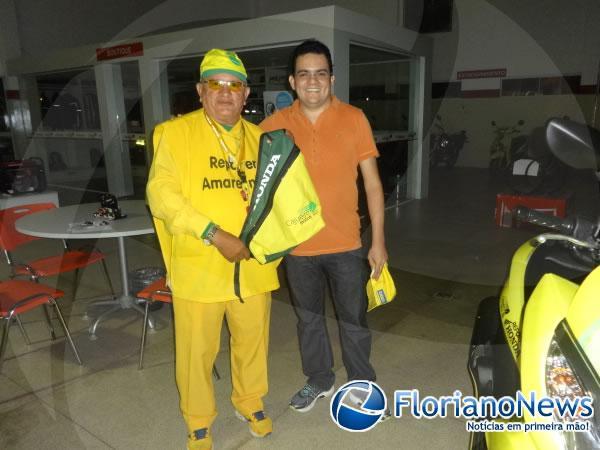 Repórter Amarelinho recebeu nova moto personalizada da Cajueiro Motos.(Imagem:FlorianoNews)
