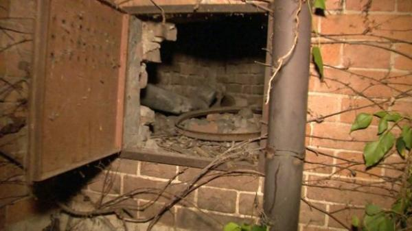 A pintura foi encontrada pelo jardineiro dentro deste buraco em uma parede do local(Imagem:Reprodução/BBC)
