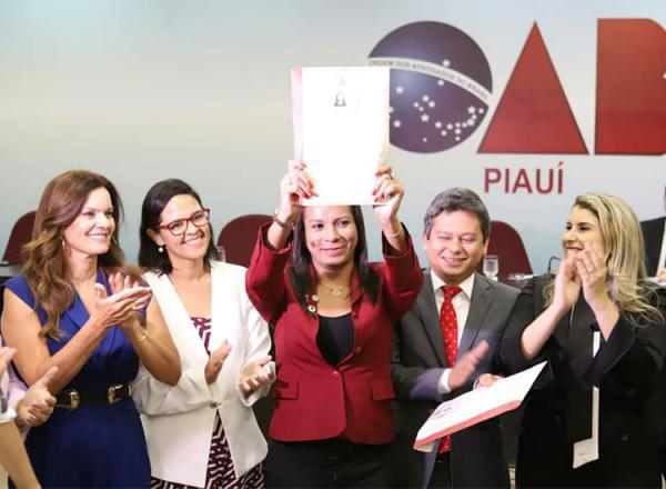 Flávia Cunha, primeira mulher trans do Estado a ser oficializada com o recebimento da carteira profissional da entidade.(Imagem:Reprodução/Facebook)