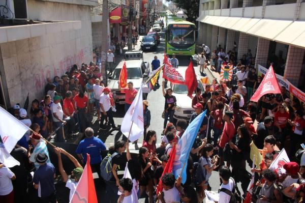 TERESINA, 10h: Manifestantes fecham Rua Areolino de Abreu.(Imagem:Gilcilene Araújo/G1)